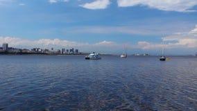 Segelbåtar som parkerades på fjärden, Rio de JaneiroSailboats parkerade på fjärden av Rio de Janeiro, Brasilien arkivfilmer