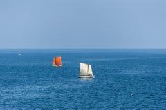 Segelbåtar som seglar på det djupblå havet Arkivfoto