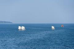 Segelbåtar som seglar på det djupblå havet Arkivbilder