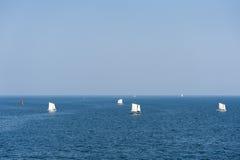 Segelbåtar som seglar på det djupblå havet Royaltyfri Bild