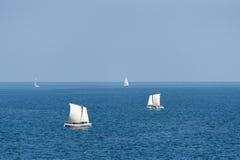 Segelbåtar som seglar på det djupblå havet Fotografering för Bildbyråer