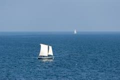 Segelbåtar som seglar på det djupblå havet Arkivfoton
