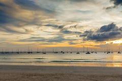 Segelbåtar som vilar efter regatta på den thailändska Kata Beach Phuket ön Royaltyfria Foton