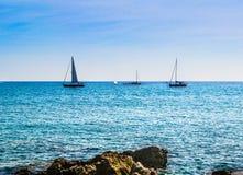 Segelbåtar under solen arkivbilder
