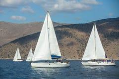 Segelbåten deltar i den 12th Ellada för seglingregatta hösten 2014 bland den grekiska ögruppen i det Aegean havet, Arkivbilder