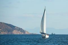 Segelbåten deltar i den 12th Ellada för seglingregatta hösten 2014 bland den grekiska ögruppen i det Aegean havet Royaltyfria Foton