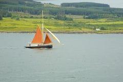 Segelbåten med apelsinen seglar på ljudet av funderar, Skottland, UK royaltyfri foto