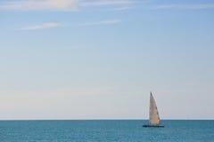 Segelbåten med vit seglar i det öppna havet Fotografering för Bildbyråer
