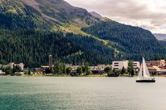 Segelbåten med vit seglar på St Moritz sjön, St som Moritz-är dålig i bakgrunden Royaltyfria Bilder