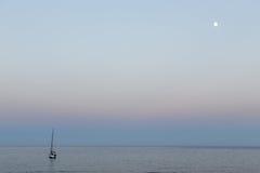 Segelbåten och månen Fotografering för Bildbyråer