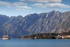 Segelbåten seglar till och med den Kotor fjärden Fotografering för Bildbyråer