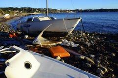Segelbåtfartyget strandade på stranden efter en storm Arkivbild