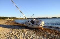 Segelbåtfartyget strandade på stranden efter en storm Royaltyfri Fotografi