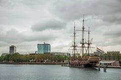 Segelbåtkopian kallade Amsterdam förtöjd bredvid Sjöhistoriska museet i Amsterdam Royaltyfri Bild