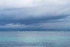Segelbåtlopp på havet på en molnig dag Royaltyfria Bilder