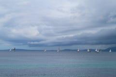 Segelbåtlopp på havet på en molnig dag Arkivbilder
