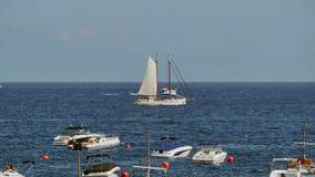 Segelbåtsegling i Crystal Clear Waters lager videofilmer