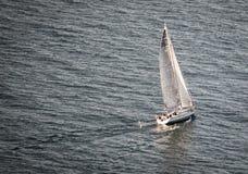 Segelbåtsegling i havet arkivfoto
