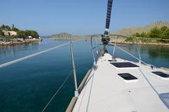 Segelbåtsegling till och med kanalen Arkivbilder