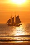 segelbåtseglingsolnedgång Fotografering för Bildbyråer