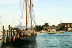Segelbåtskeppsdocka i hamn Arkivfoton