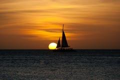 segelbåtsolnedgång Arkivfoto