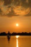 segelbåtsolnedgång Arkivfoton
