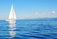 segelbåtwhite Royaltyfri Foto