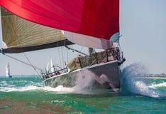 Segelbåtyachten med rött seglar Fotografering för Bildbyråer