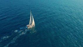 Segelb?t i hav Vit segla yacht i mitt av det gränslösa havet flyg- sikt lager videofilmer