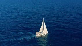Segelb?t i hav Vit segla yacht i mitt av det gränslösa havet flyg- sikt stock video