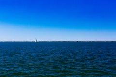 Segelboot über dem Eriesee unter blauem Himmel, in Cleveland, USA lizenzfreies stockfoto