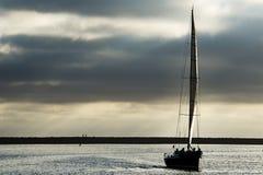 Segelboot am Abend Lizenzfreie Stockfotografie