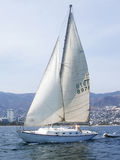 Segelboot in Acapulco-Bucht Lizenzfreie Stockbilder