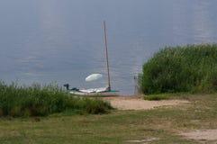 Segelboot angeschwemmt Lizenzfreies Stockfoto