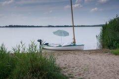 Segelboot angeschwemmt Lizenzfreies Stockbild