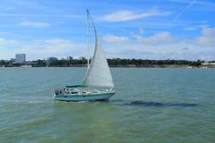 Segelboot in atlantischem ocan in La Rochelle Stockfoto