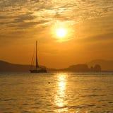 Segelboot auf Bucht bei Sonnenuntergang Stockfotos