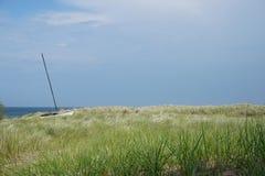 Segelboot auf Düne Stockbild