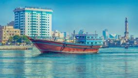 Segelboot auf dem Dubai Creek Lizenzfreies Stockfoto