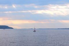 Segelboot auf dem Fluss Lizenzfreie Stockbilder