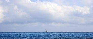 Segelboot auf dem Horizont stockbilder
