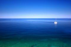 Segelboot auf dem Meer Stockbild