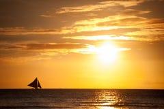 Segelboot auf dem Meer, Sonnenunterganglandschaft Lizenzfreie Stockfotografie