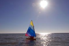 Segelboot auf dem Ozean Lizenzfreie Stockfotos