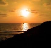 Segelboot auf dem Ozean bei Sonnenuntergang Stockbilder