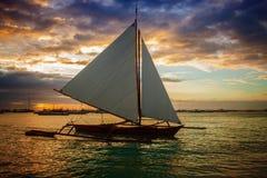 Segelboot auf dem Sonnenuntergang Lizenzfreie Stockfotografie
