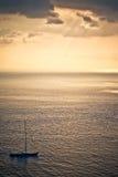 Segelboot auf der hohen See Lizenzfreies Stockfoto