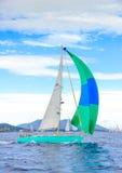Segelboot auf dunkelblauem Hintergrund Stockbild