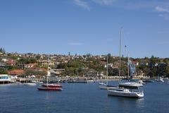Segelboot auf dunkelblauem Hintergrund Lizenzfreies Stockbild